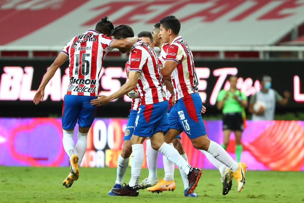 Chivas reacciona a tiempo y derrota a Rayados