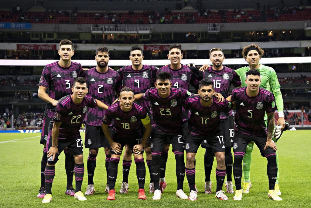 México falla en el Azteca y pierde la cima