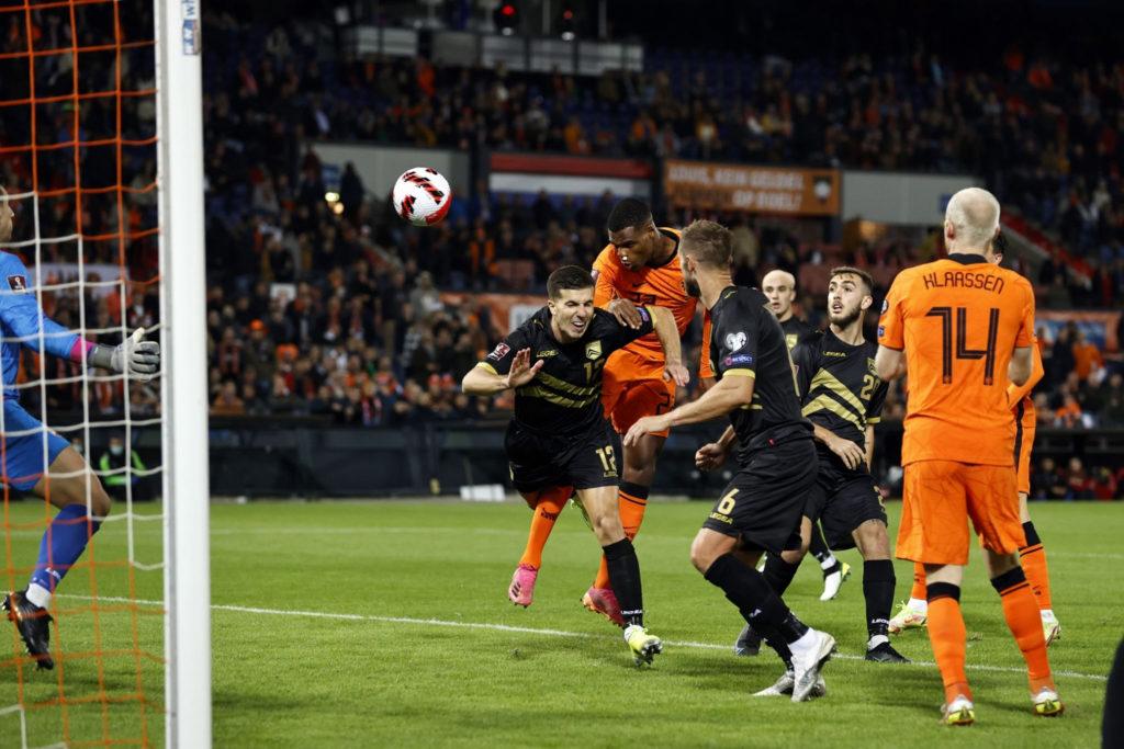 Goleada de Holanda que conserva la punta del grupo